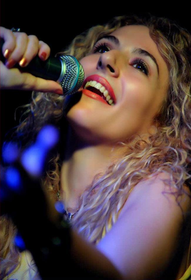Antigoni Katsouri singer- performer